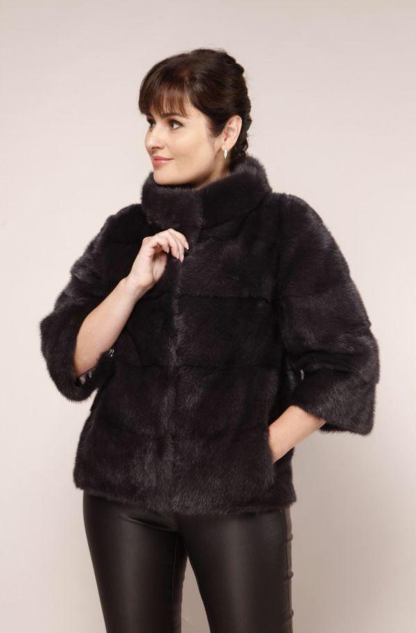 Dame in einer Felljacke aus Nerz mit geschlossenem Stehkragen in schwarz
