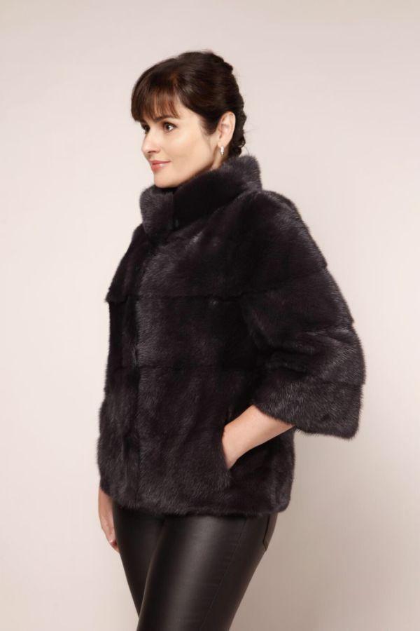 Dame in einer Felljacke aus Nerz in schwarz mit Außentaschen
