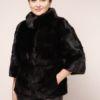 Frau in einer schwarzen Nerz Pelzjacke mit zwei Außentaschen