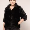 Dame in einer Felljacke aus Nerz mit Außentaschen in schwarz